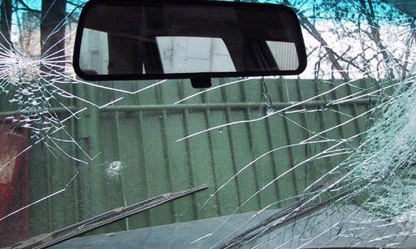 Первая зимняя буря повредила за выходные десятки машин