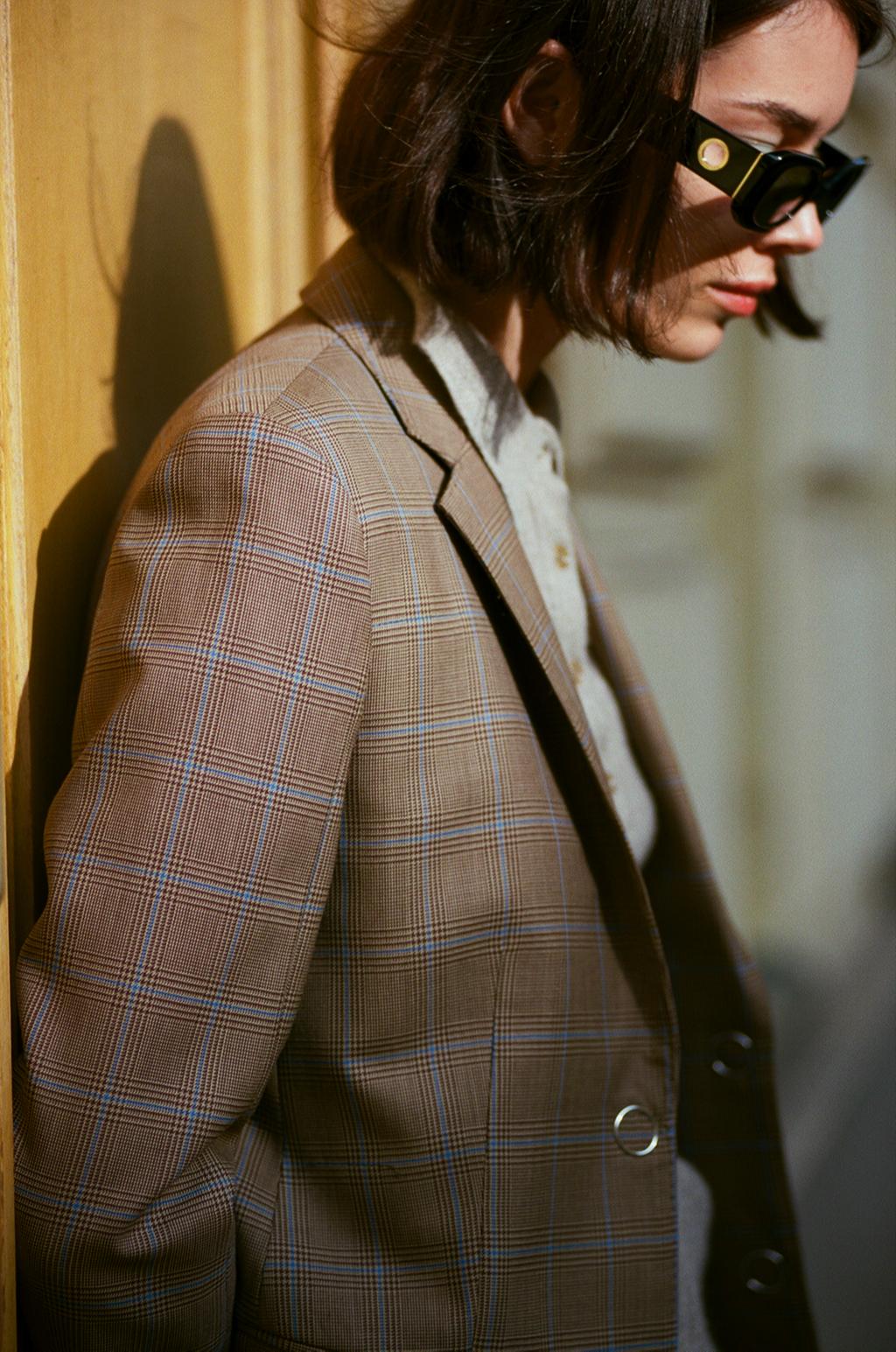 Жакет Burberry; кашемировый свитер Allude; солнцезащитные очки Versace