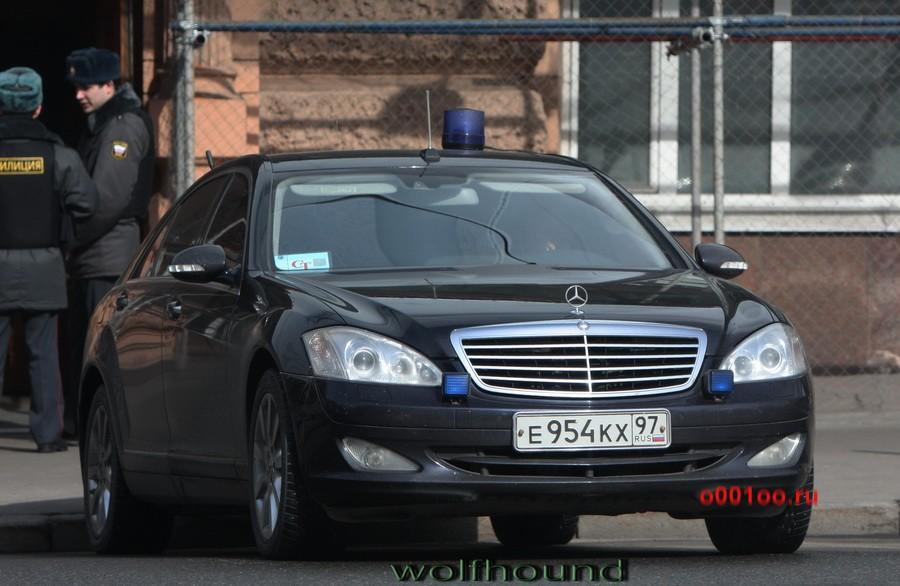 Водитель VIP-авто с мигалкой угрожал застрелить автолюбителя