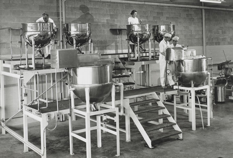 Производственный участок завода Helena Rubinstein в Австралии. 1966 год