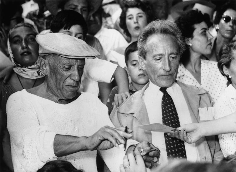 Пабло Пикассо с французским поэтом и режиссером ЖаномКокто, Канны, 1955