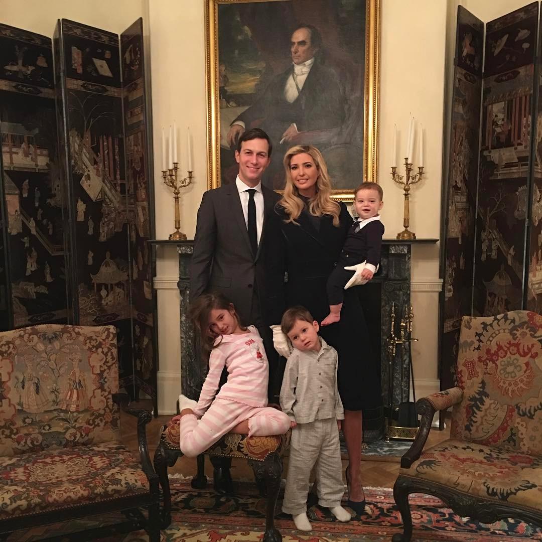 Иванка Трамп с мужемДжаредом Кушнером и детьми
