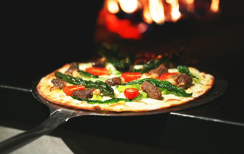 Пицца с жареными сморчками и сезонной фасолью