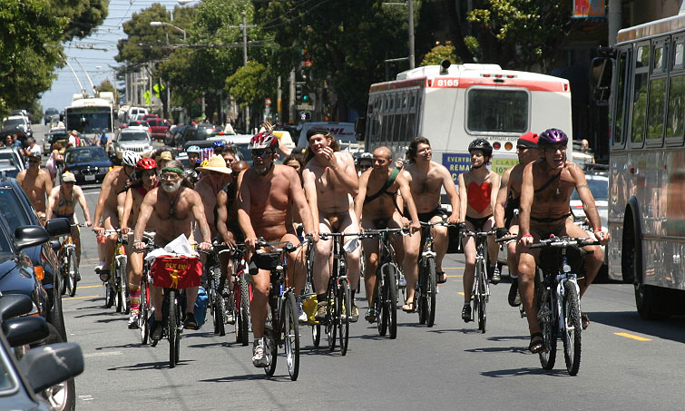 Голые велосипедисты протестуют против автотранспорта