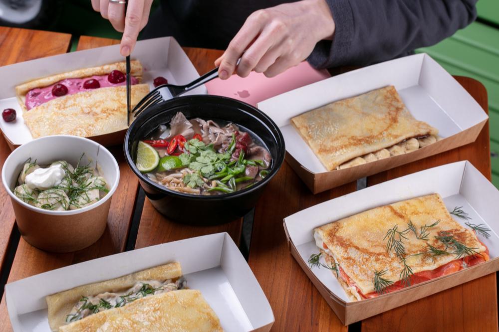 Вьетнамский фо бо с говядиной и сендвичи с ветчиной и сыром