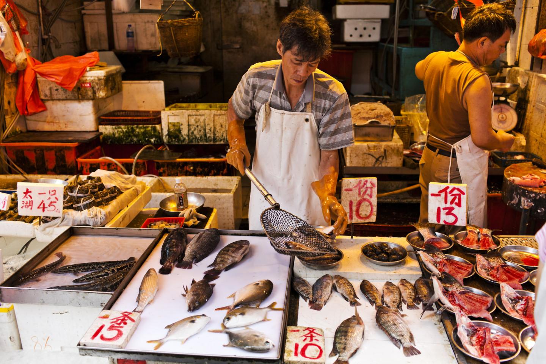 Абалон с солью и перцем — фирменное блюдо в столовой на рыбном рынке Абердин в Гонконге