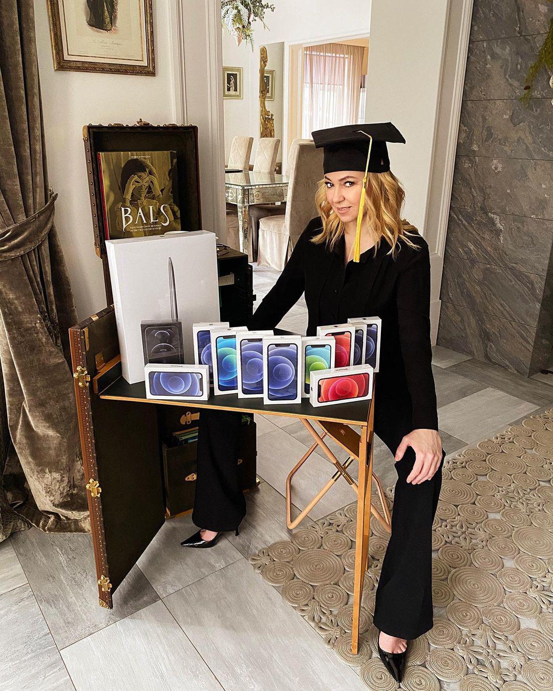 Яна Рудковская с предметами одного из розыгрышей