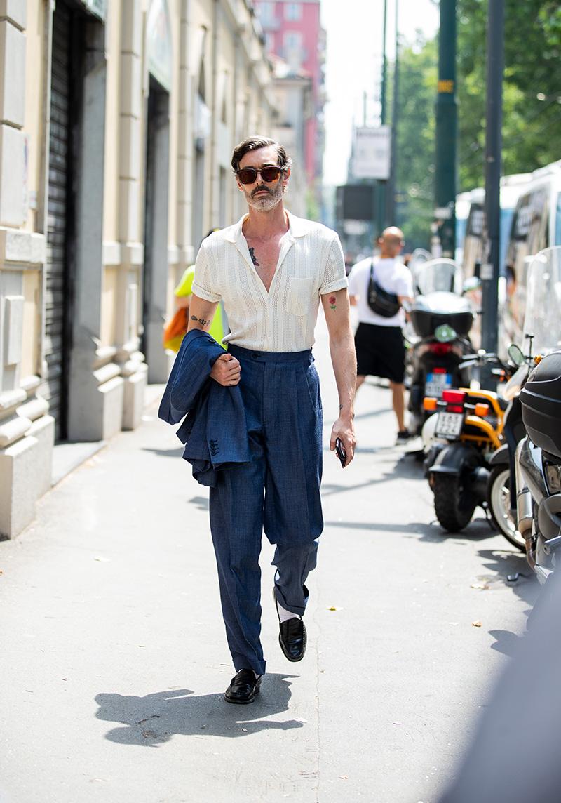 Сочетание рубашки с брюками с высокой талией