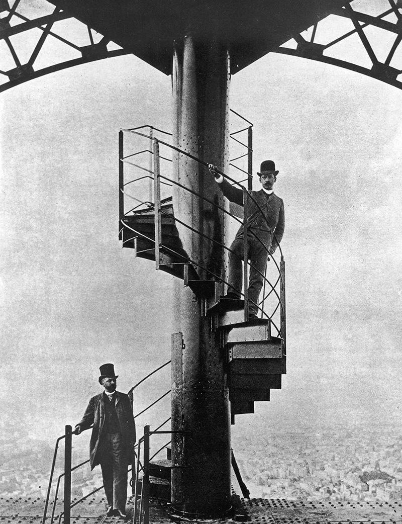 Французский инженер Александр Гюстав Эйфель (слева) на Эйфелевой башне, которую он спроектировал для Всемирной выставки 1889 года в Париже