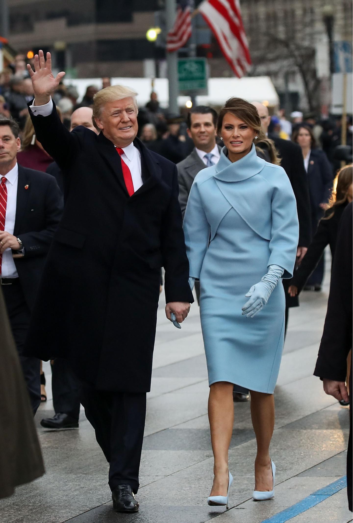 Дональд Трамп предположительно в одежде Brooks Brothers и Мелания Трамп в костюме Ralph Lauren, инаугурационный парад, 2017 год