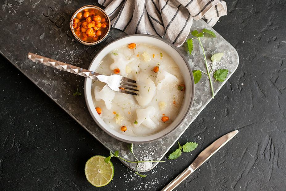 Салат из морского гребешка, муксуна с соусом из лайма и чайного гриба