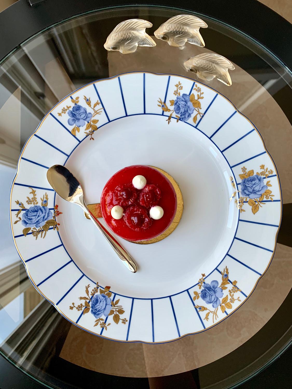 Десерт Cheesecake Framboise. Тарелка Brocante, Bernardaud. Фигурки Poisson, Lalique. Кофейная ложка Mood coffee Precious, Christofle
