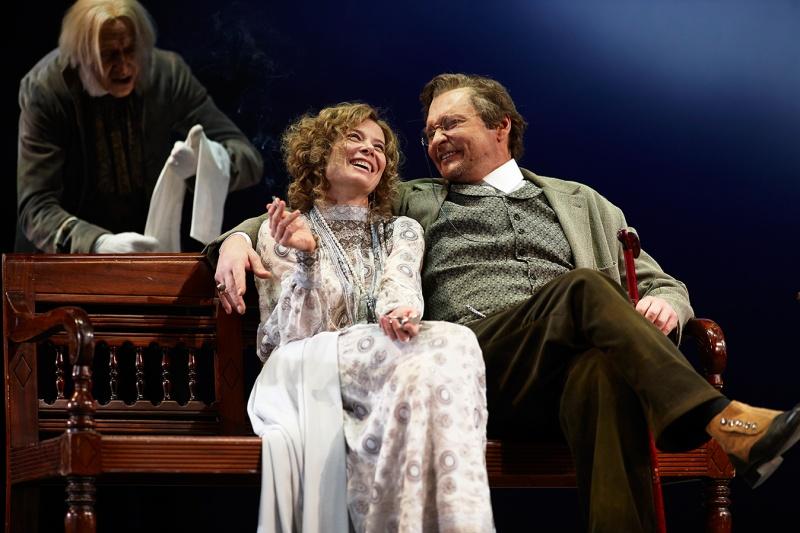 Юлия Высоцкая и Александр Домогаров в спектакле «Вишневый сад»