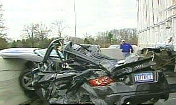 Audi TT оказался раздавленным потерявшей управление фурой