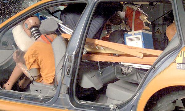 Немцы провели краш-тесты автомобилей с незакрепленным грузом в багажнике