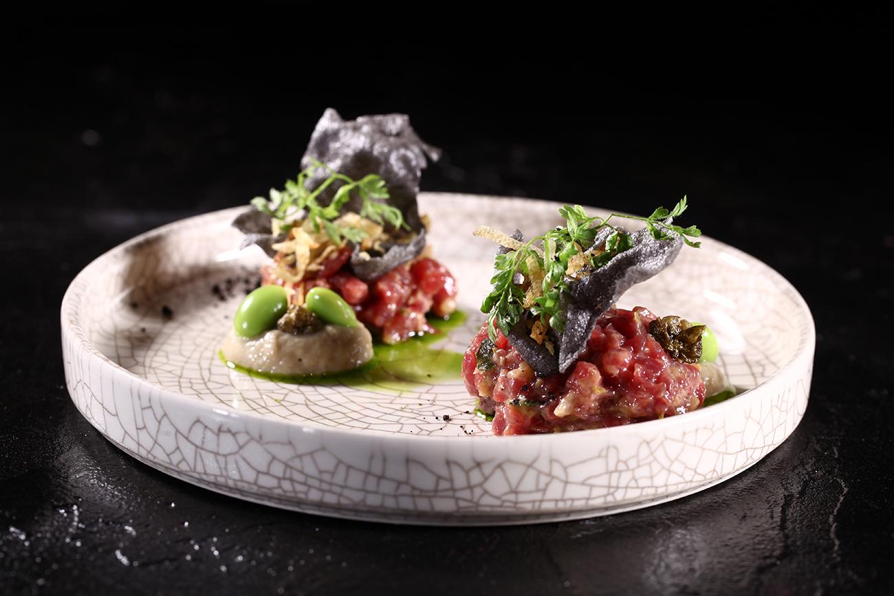 Тартар из рубленоймраморнойговядины с лепешкойи кетчупом из печеных баклажан (ресторан Name)