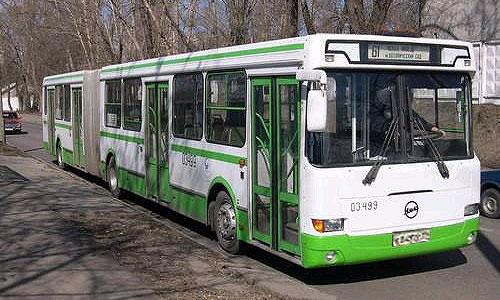На Каширском шоссе автобус врезался в остановку
