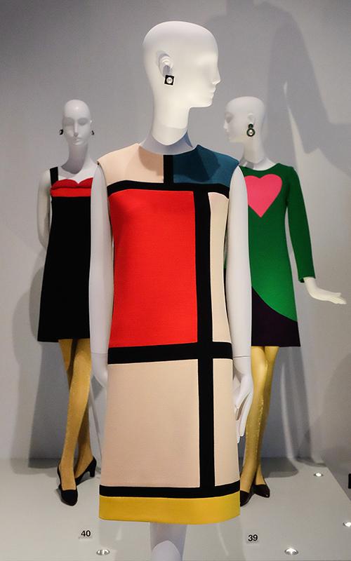 Платье «Мондриан» на выставке Yves Saint Laurent: Style is Eternal в Музее Боуз
