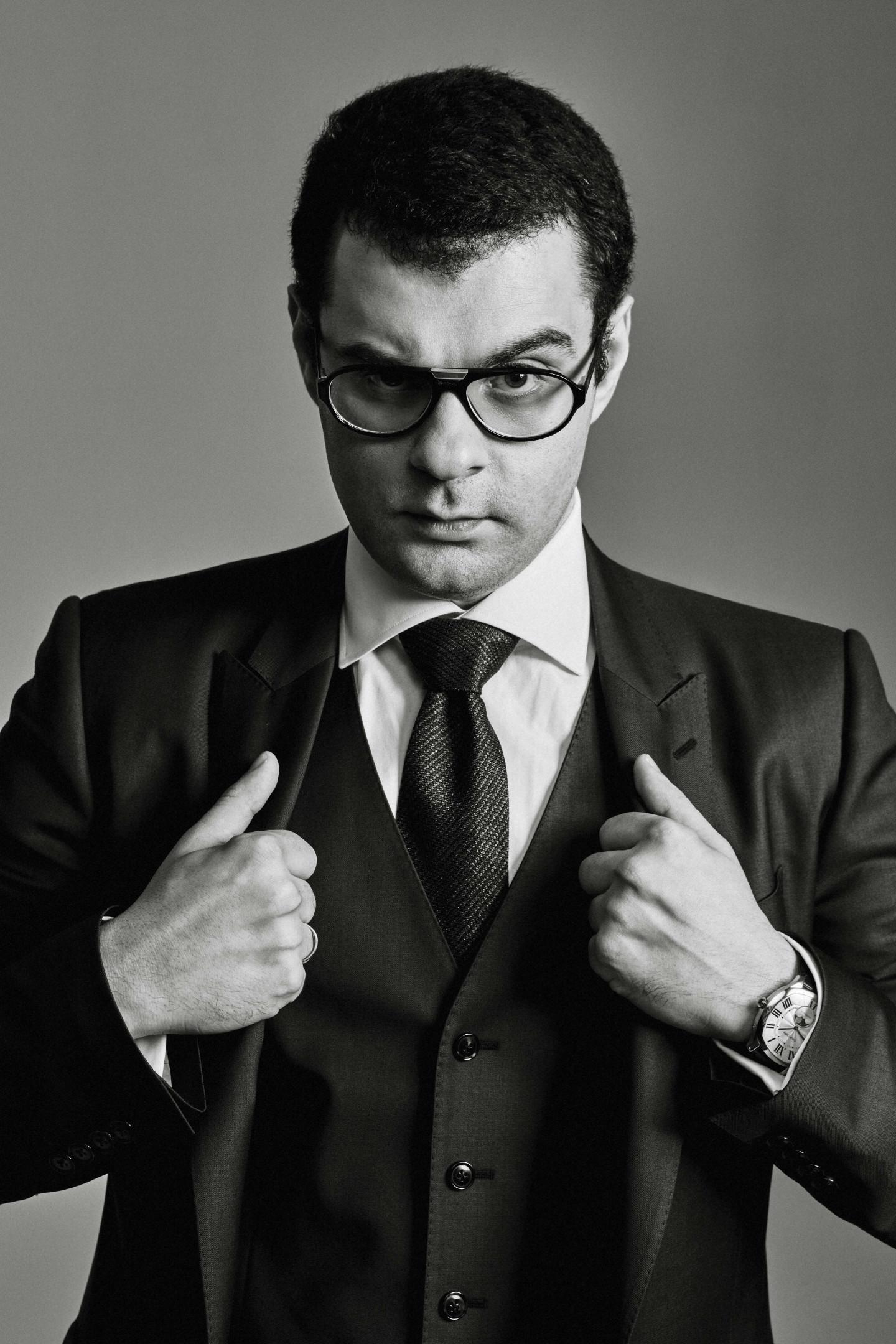 На Юсефе: костюм-тройка Dolce&Gabbana, сорочка Van Laack, галстук Ermenegildo Zegna, запонки Cartier, часы Drive de Cartier