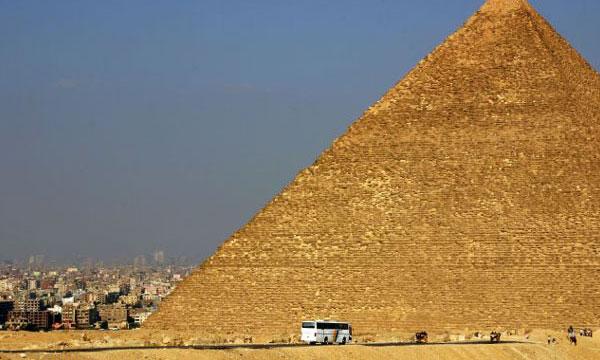 Водителей обязали глушить моторы возле египетских пирамид