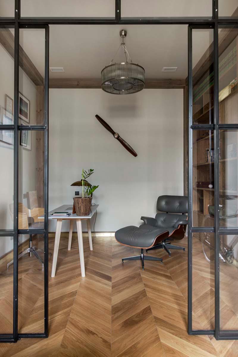 В кабинете хозяина нет окон, но естественный свет проникает сюда сквозь стеклянную перегородку, которая разделяет два помещения для работы