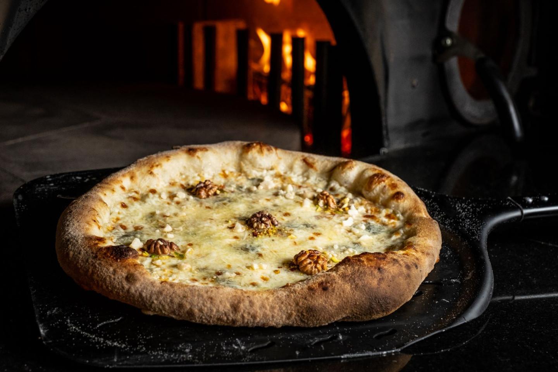 Пицца «Шесть сыров» (моцарелла, рикотта, маскарпоне, скаморца, горгонзола, пекорино)
