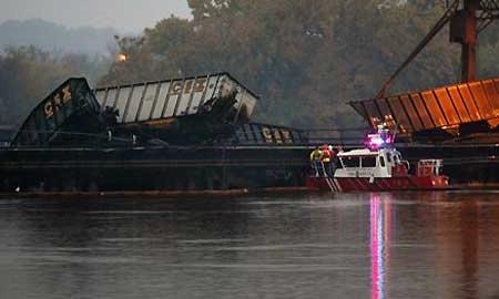 В Омской области автомобиль столкнулся с поездом, 21 вагон упал в реку