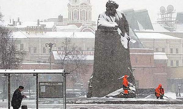 Снег сегодня в Москве убирать не будут