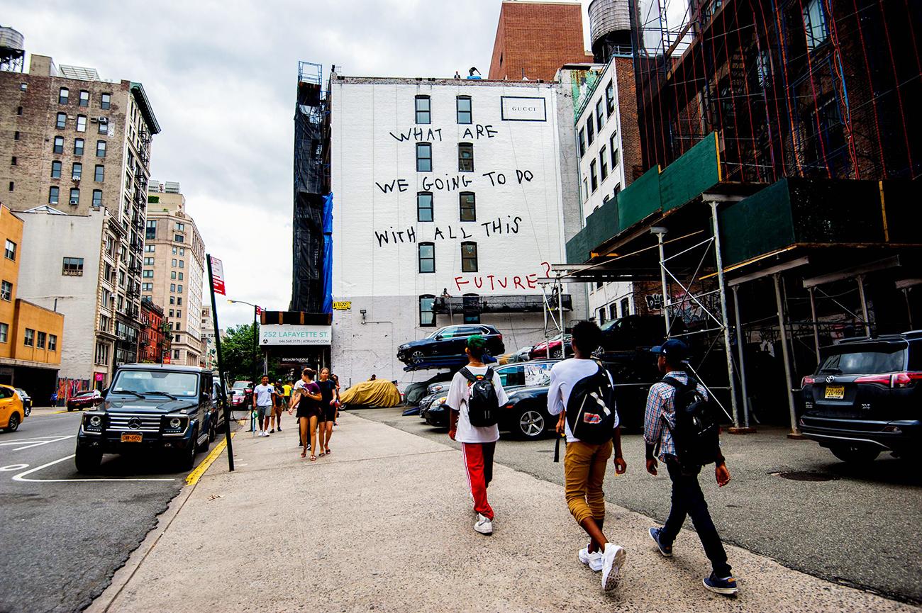 Граффити с цитатой Коко на стене дома в Нью-Йорке