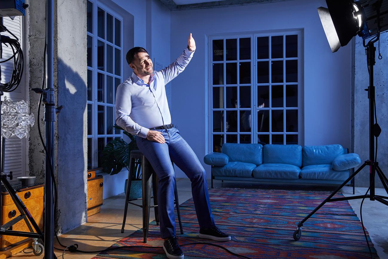 На Михаиле: голубая рубашка, синие брюки, синий плащ, ремень и обувь — всё Henderson.