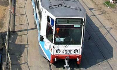 В Москве трамвай протаранил легковой автомобиль