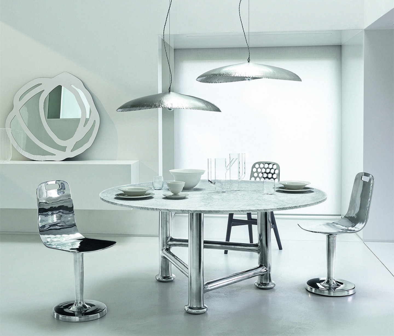 Стол и стулья из коллекции Next, лампы Silver 95 из коллекции Brass, дизайн Паолы Навоне, Gervasoni