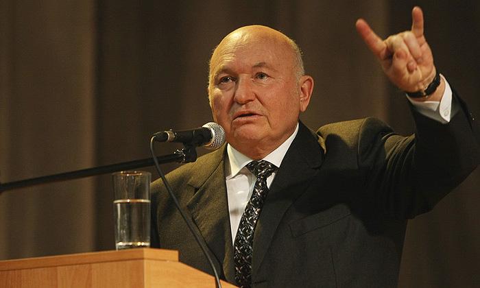 Мэр Москвы Юрий Лужков обрушился на московских транспортников с резкой критикой