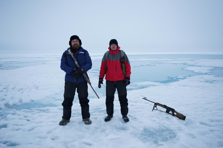 Сотрудники национального парка «Русская Арктика» охраняют участников экспедиции от белых медведей