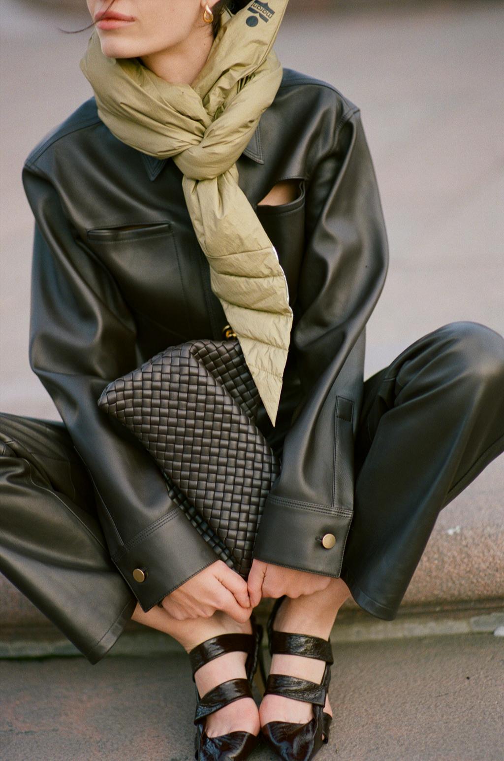 Рубашка, брюки, туфли, клатч, кольцо, серьги — все Bottega Veneta; шарф Isabel Marant