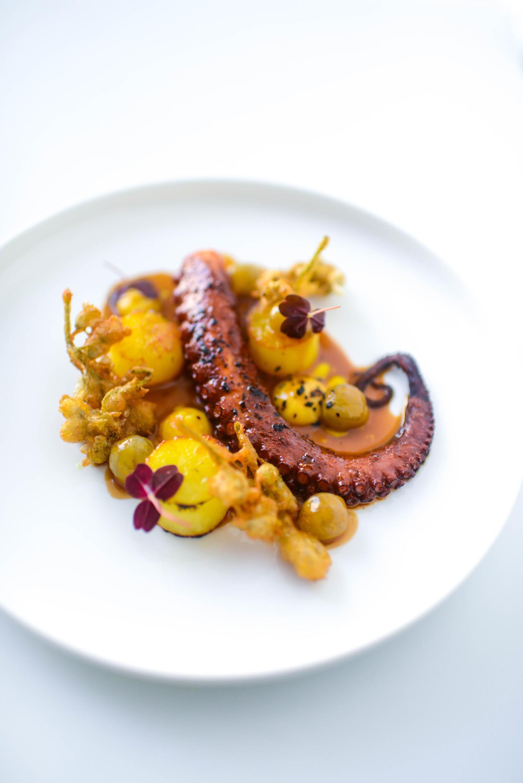 Осьминог с джонджоли, картофелем и виноградом