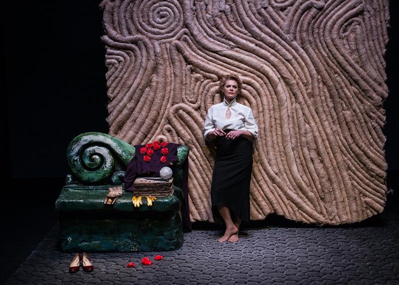 Сцена из спектакля «Пятно на стене» в Электротеатре Станиславский