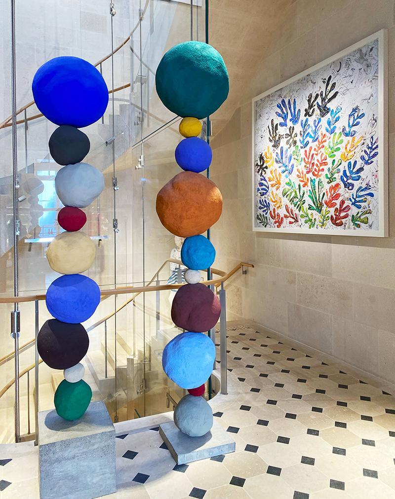 Слева: Энни Моррис, «Стопа 7, медно-синяя», «Стопа 9, ультрамариново-синяя», 2017 Справа: Вик Мюнис, LACMA («Сноп» по Матиссу), 2015