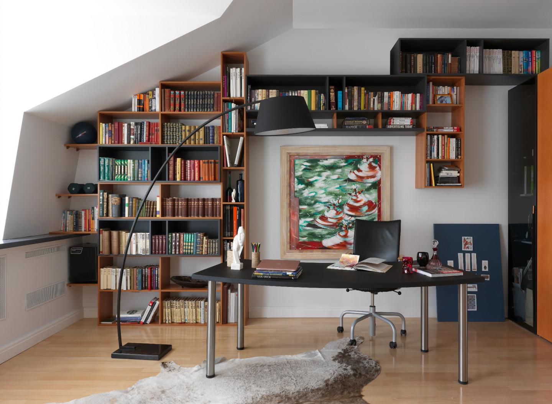 В интерьерах Ксения Мезенцева ценит прежде всего функциональность, поэтому в кабинете продумано все: от вместительных систем хранения до уютного дивана