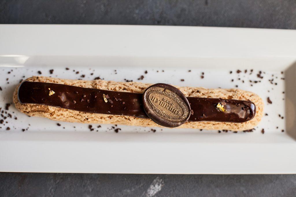 Гранд-эклер,начиненный ванильным и шоколадным кремами