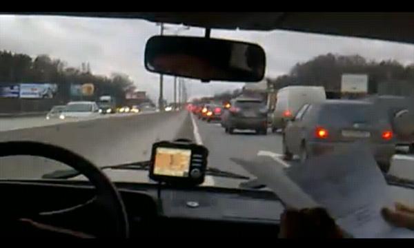 Поп-звезда объезжает пробки на милицейском авто