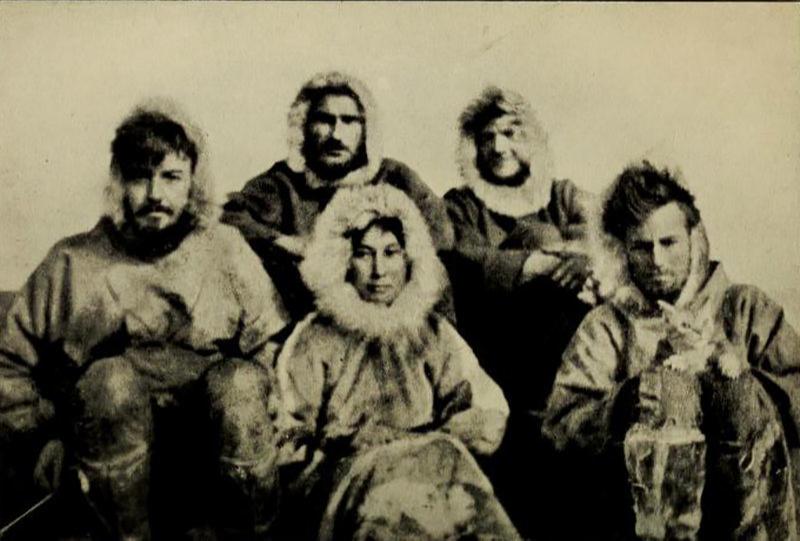 Ада Блэкджек (в центре) с командой канадских полярников
