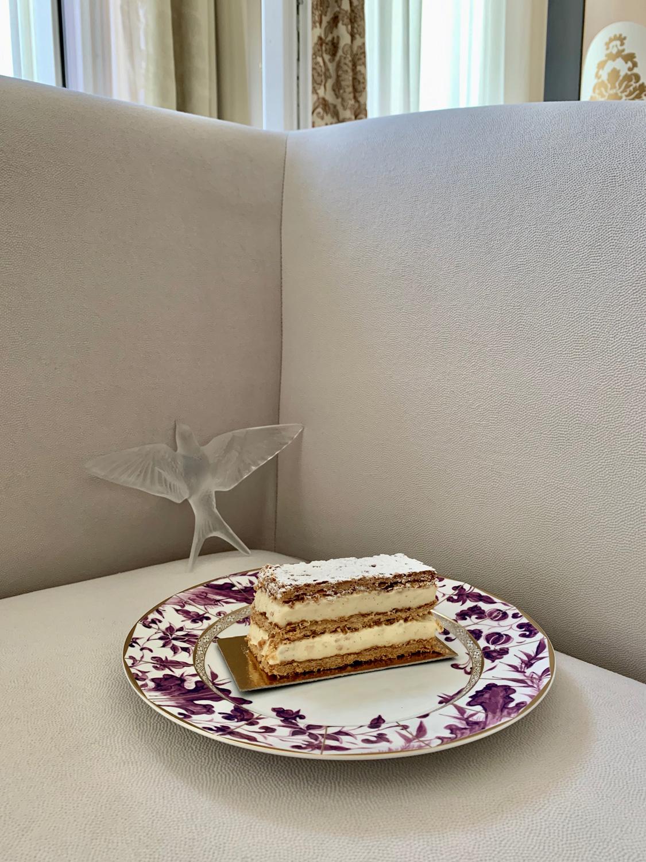 Десерт Millefeuille Tradition Fouquet's. Декоративная скульптура«Ласточка», Lalique. Тарелка Prunus, Bernardaud