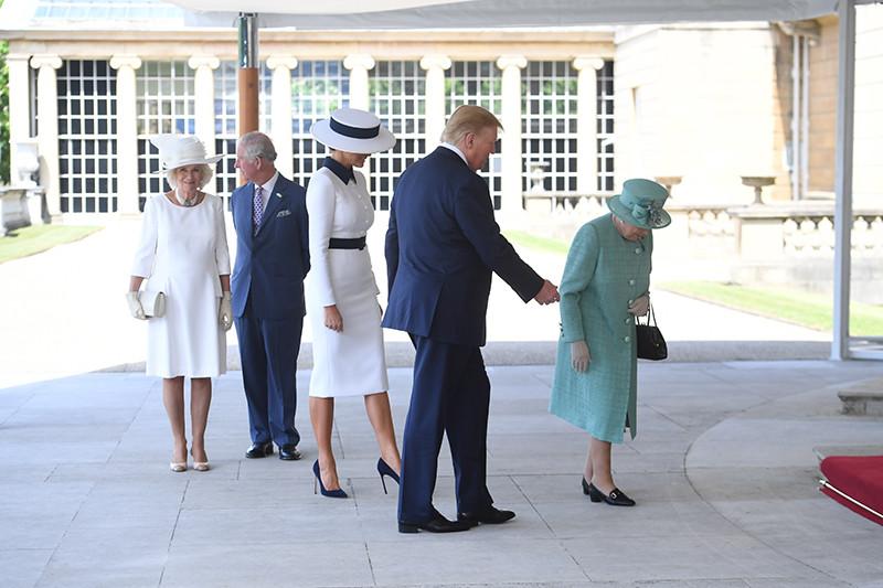 Дональд и Мелания Трамп на встрече с королевой Великобритании Елизаветой II. На заднем плане — принц Чарльз с женой, герцогиней Корнуольской Камиллой