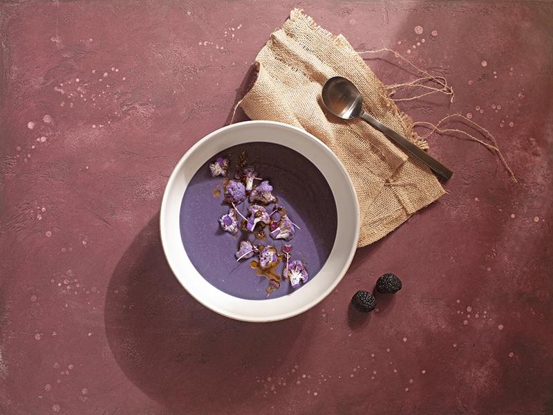 Крем-суп из краснокочанной капусты с добавлением трюфельного масла