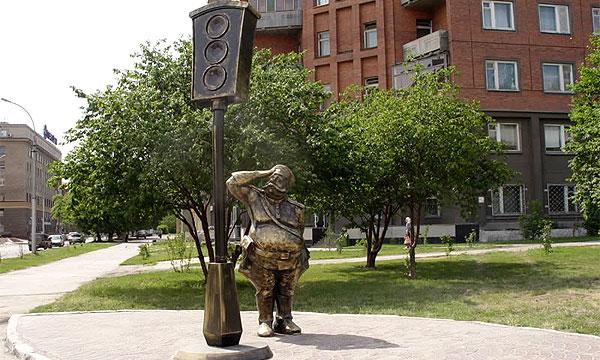 В Новосибирске появился памятник первому светофору