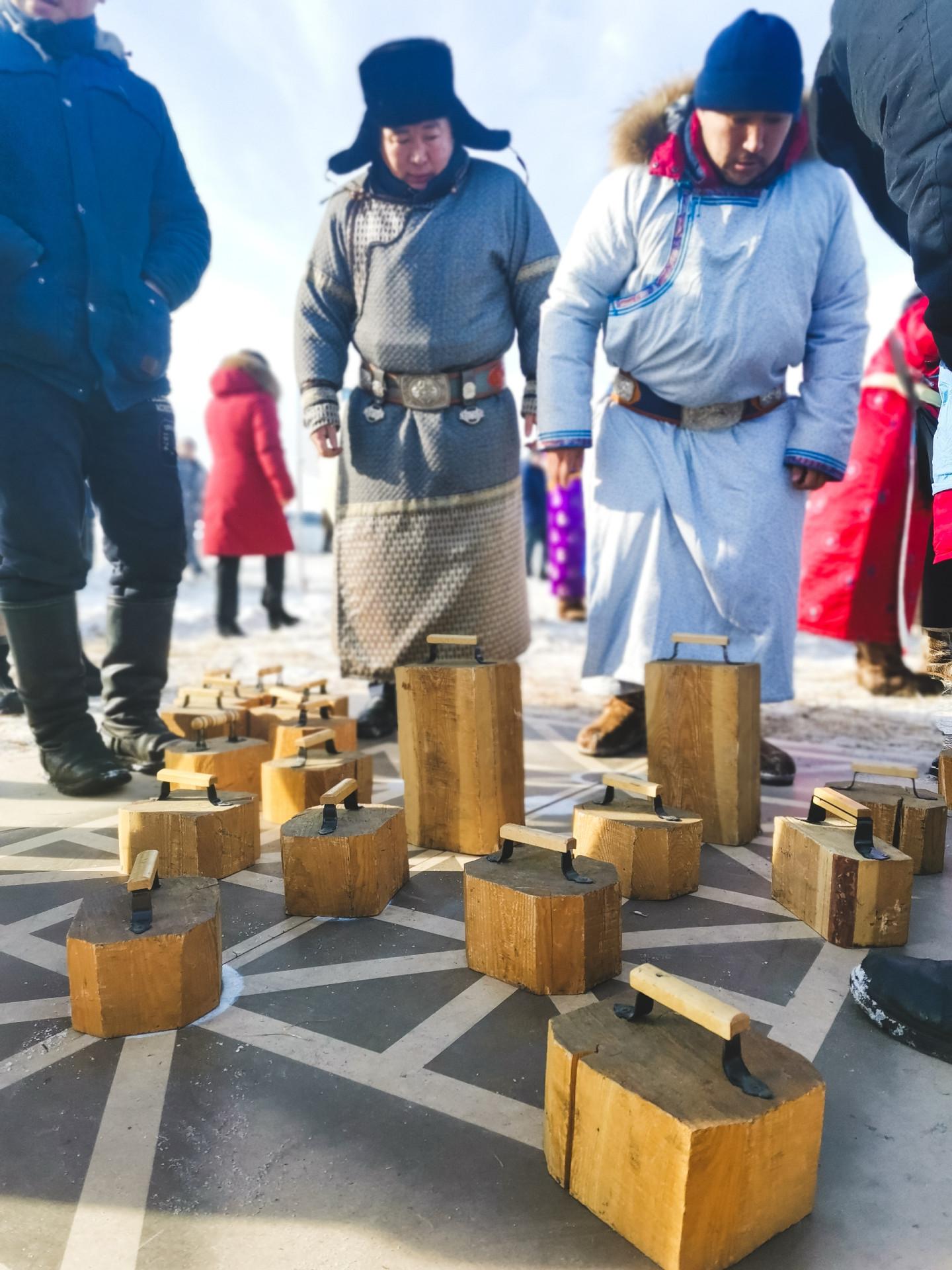 Партия в буга-шыдыраа («бычьи шахматы»)