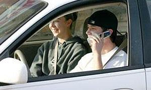 Водитель с сотовым телефоном опаснее пьяного