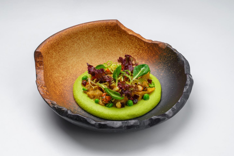 Хумус с зеленым горошком, пряными баклажанами, фундуком и курагой