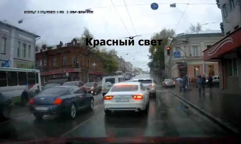 В Томске свадебный кортеж устроил пробку в центре города. Видео